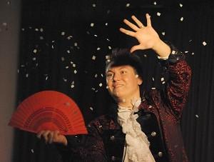 Zauberer Magic Paddy lässt es schneien, lässt Zuschauer schweben und Dinge verschwinden! Buchen Sie jetzt Magic Paddy für Ihre Veranstaltung