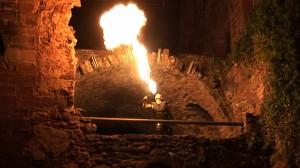 Feuerspucker Magic Paddy spuckt meterhohe Flammensäulen in die Nacht! Spüren Sie auch die Hitze des Feuers!