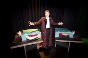 Zauberer Stuttgart Magic Paddy zersägt seine Assistentin Jule